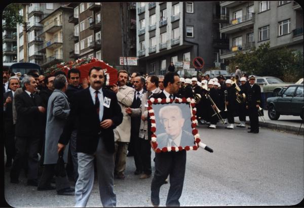 Cenazesinde_fotosunu_tasiyor_AHMET_SALTIK_3Kasım1990